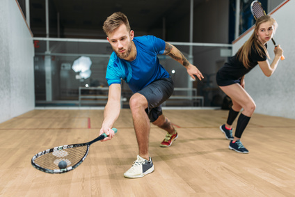 Junges Paar beim Squash spielen