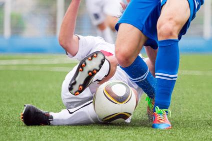 Nahaufnahme von zwei Fußballern im Zweikampf um den Ball