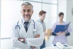 Erfahrener Arzt lächelt in die Kamera