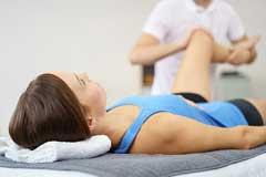 Patientin wird von einem Therapeuten behandelt