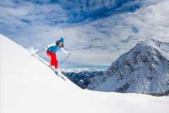 Skifahrer abseits der Piste im Tiefschnee