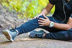 Jogger hält sich verletztes Knie