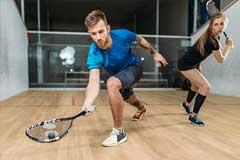 Junges Paar mein Squash spielen