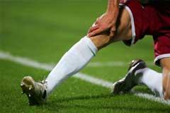 Fussballer hält sich verletztes Knie