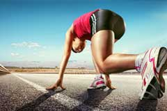 Läufer auf einer Straße in Startposition